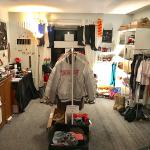 Klamottenshop mit Schmuck und Kleidung